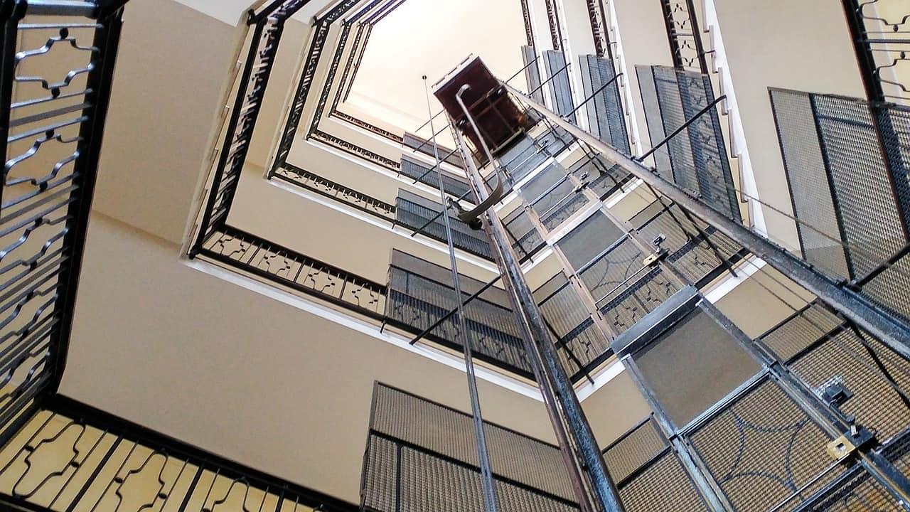 Soy propietario de un local, ¿estoy obligado al pago de gastos comunitarios como la instalación de un ascensor?